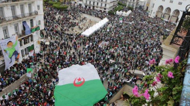 Cezayir'de protestolar sürüyor! Sembol meydan kapatıldı..